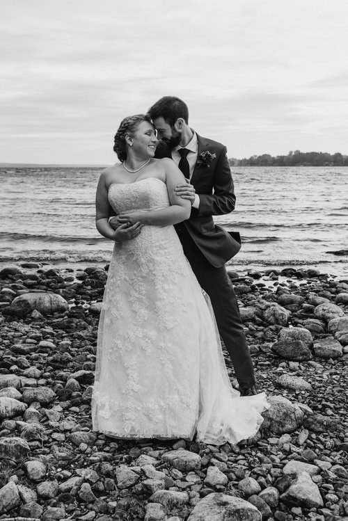 bride-groom-on-beach-black-white-7©_Elisabeth-Waller