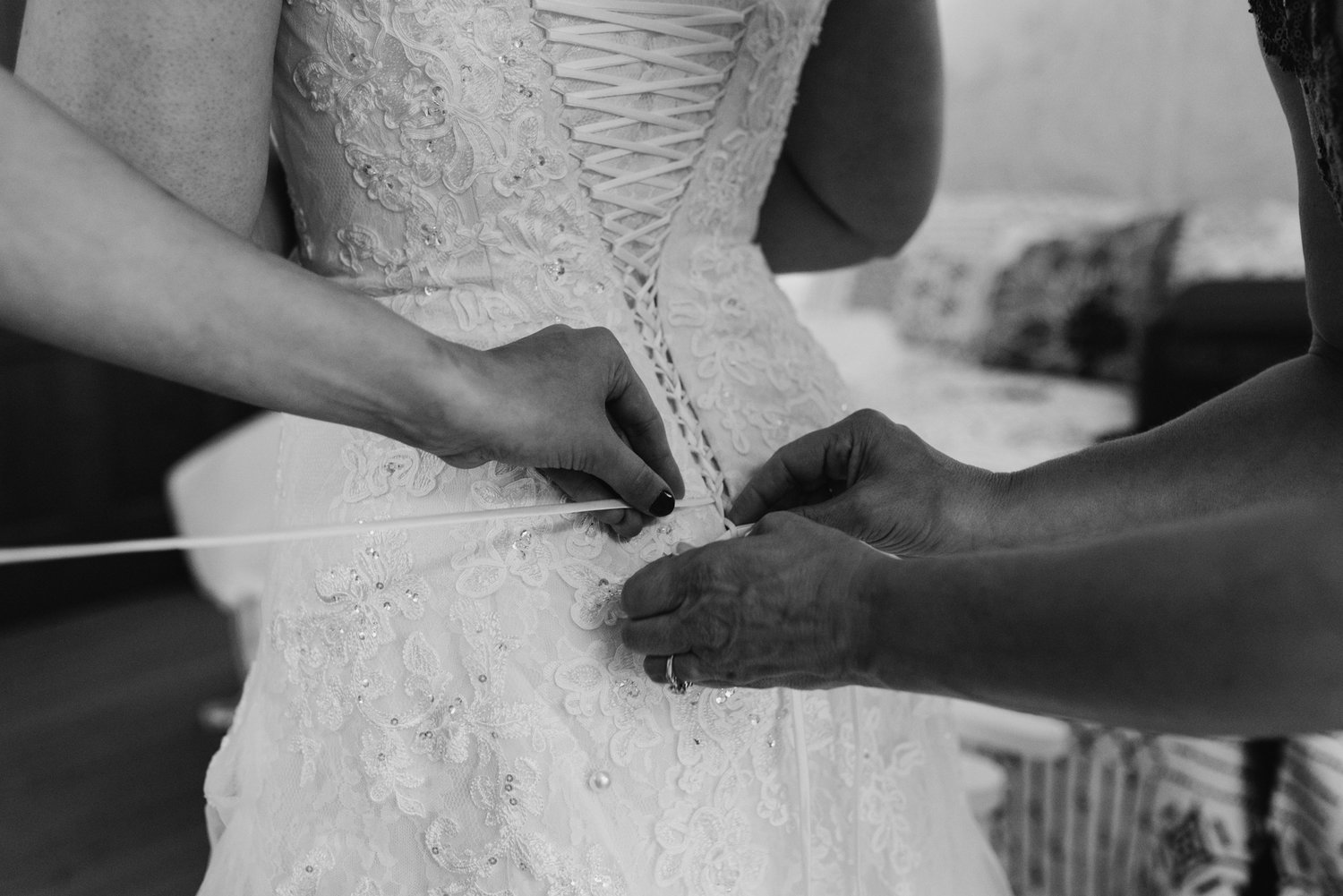 brides-dress-being-laced-up-43©_Elisabeth-Waller